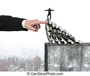mão, parando, euro, dinheiro, domino, queda, com, homem, equilíbrio, aquilo