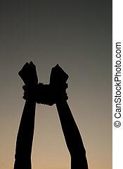 mãos amarraram, cima, com, corda, contra, céu escuro