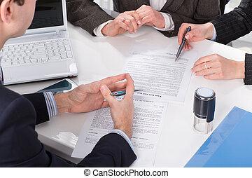 mãos, de, três pessoas, assinando, documentos