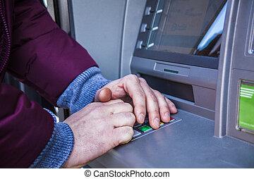 mãos, digitando, alfinete, em, máquina atm, para, dinheiro, dinheiro, retirada