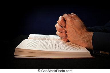 mãos fechadas, ligado, um, bíblia, enquanto, orando, para,...