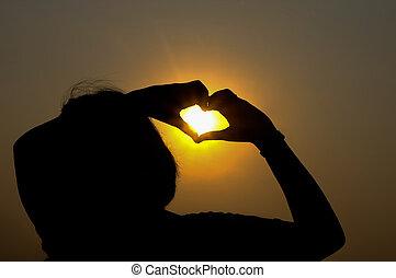 mãos, formando, um, forma coração, em, a, pôr do sol