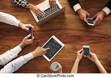 mãos humanas, com, contemporâneo, tecnologia