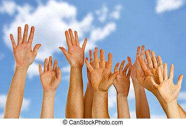 mãos levantadas, cima, ar, através, céu azul