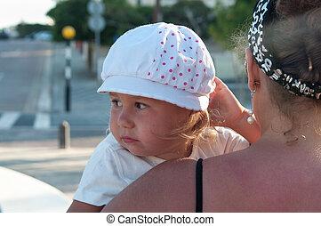 mãos, mãe prende criança, vista traseira