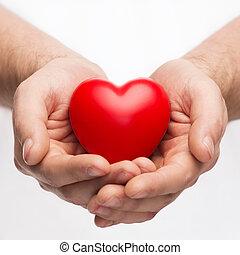 mãos masculinas, com, pequeno, coração vermelho