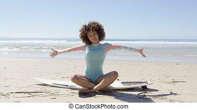 mãos, mulher, surfboard, cima