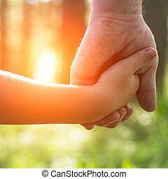mãos, pai, com, seu, filho, close-up, outdoors.