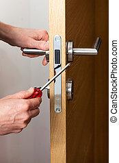 mãos, reparar, um, cadeado porta
