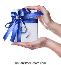 mãos, segurando, presente, em, pacote, com, fita azul,...