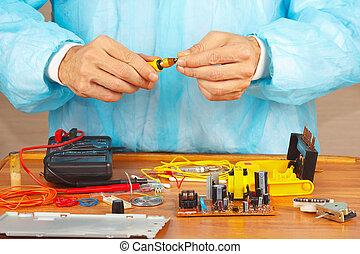 mãos, serviço, engenheiro, de, equipamento eletrônico, com, chave fenda