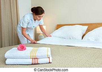mädchen, machenden bett, in, hotelzimmer
