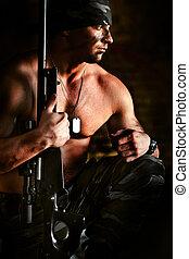 mäktig, krypskytt, med, den, gevär, är, tänkande, om, krig