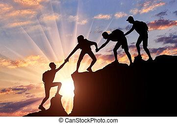 män, bergsbestigare, hjälp varje annat, i fjällen