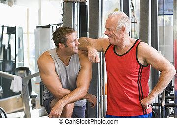 män, hos, den, gymnastiksal, tillsammans