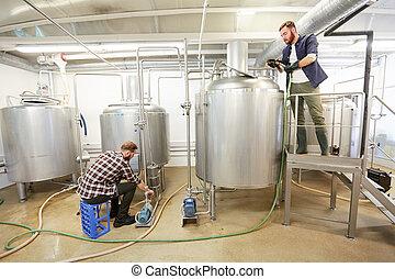 Arbeitende , handwerk, maenner, bier, kessel, brauerei. Begriff ...