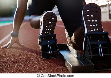 männer, füße, auf, startblock, bereit