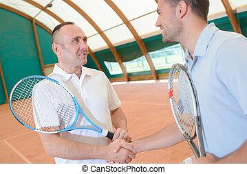 männer, hände rütteln, auf, tennisplatz