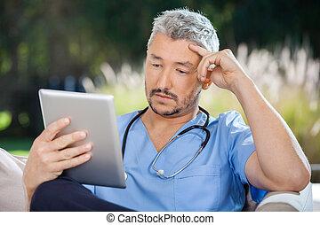 männlicher doktor, gebrauchend, tablette pc