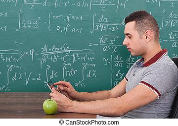 männlicher student, gebrauchend, digital tablette, klasse