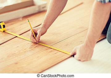 mätning, golvmaterial, uppe, ved, räcker, nära, manlig