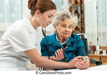 måle blod tryk, i, senior kvinde