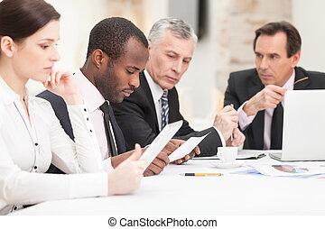 mång-, affärsfolk, arbete, etnisk, diskutera
