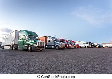 många, amerikan, lastbilar, på, parkering, lot.