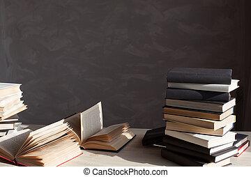 många, böcker, ar, på bordet, hemma, in, den, bibliotek
