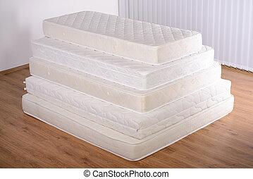 många, madrasser