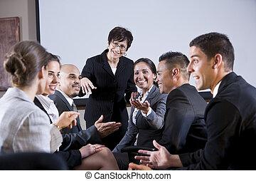 mångfaldig, businesspeople, konversera, kvinna, hos, främre...