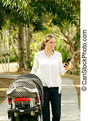 mère, à, bébé dans poussette, envoi, message, téléphone
