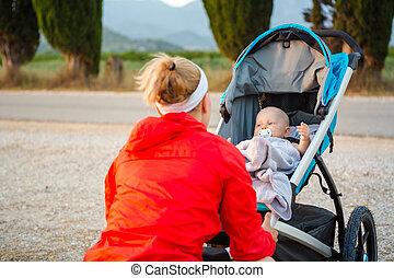 mère, à, poussette, apprécier, maternité, à, coucher soleil, paysage