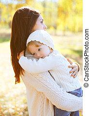 mère, étreindre, automne, chaud, enfant, aimer, jour, heureux
