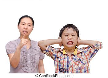 mère, être, jeune garçon, sien, asiatique, grondé