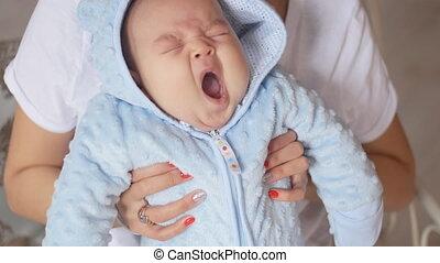 mère, asiatique, enfant avoirs, bébé, heureux