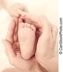 mère, bébé, garder, tendresse, soigneusement, mains, pied