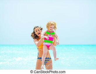 mère, bébé, portrait, sourire, plage, girl