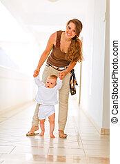 mère, bébé, promenade, portion, sourire