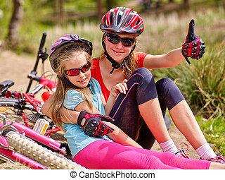 mère, bicycles., vélos, heureux, route, séance, family., fille, cyclisme