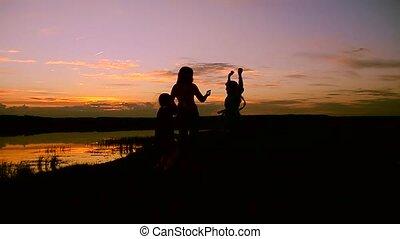 mère, coucher soleil, enfants, danse