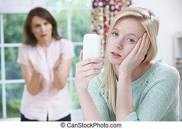 mère, discuter, à, adolescent, fille, sur, usage, de, téléphone portable