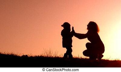 mère, enfant, coucher soleil, rouges, version