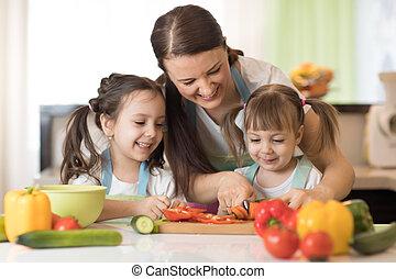 mère enfants, préparer, a, légumes, salade, dans cuisine