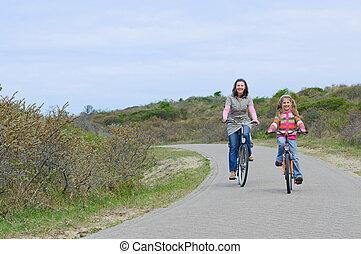 mère enfants, sur, leur, vélos