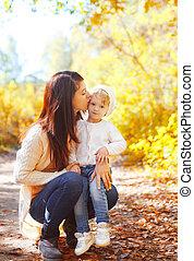 mère, ensoleillé, automne, chaud, enfant, baisers, jour, heureux