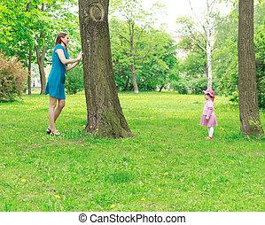 mère, et, girl, peau jouant-et-cherche
