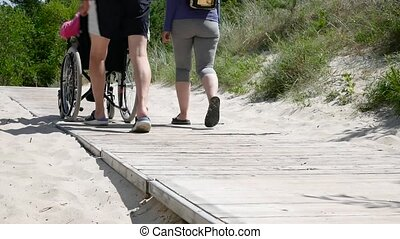 mère, femme, fauteuil roulant, famille, marche homme, là, parc, leisure., jeune, handicapé