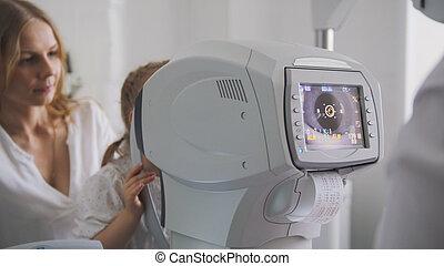mère fille, dans, les, ophthalmologist's, salle, -, optométriste, dans, clinique, vérification, peu, enfant, vue