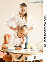 mère, fille, devoirs, regarder